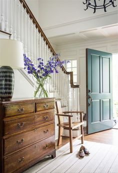 Tour: Edie Parker Founder Brett Heyman's Connecticut Escape Love the beautiful teal blue front door and blue delphiniums on the antique chest of drawers!Love the beautiful teal blue front door and blue delphiniums on the antique chest of drawers! Style At Home, Cosy Home, Beton Design, Antique Chest, Front Door Colors, Entryway Decor, Foyer, Cottage Entryway, Apartment Therapy