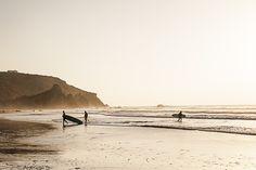Au coucher du soleil sur la page do Amado a carrapateira (Algarve Portugal), les surfers s'en donnent à coeur joie