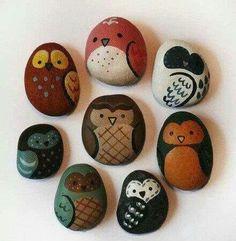 Buhos pintados en piedras