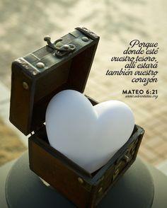 Mateo 6:19-21 No os hagáis tesoros en la tierra, donde la polilla y el orín corrompen, y donde ladrones minan y hurtan; sino haceos tesoros en el cielo, donde ni la polilla ni el orín corrompen, y donde ladrones no minan ni hurtan. Porque donde esté vuestro tesoro, allí estará también vuestro corazón. ♔