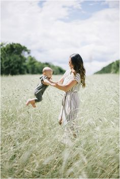 It Begins and Ends Here Photography by Angela Rose Gonzalez - The Fount CollectiveThe Fount Collective 6 Month Baby Picture Ideas, Family Photos With Baby, Family Picture Poses, Fall Family Photos, Family Posing, Family Portraits, Mother Baby Photography, Toddler Photography, Outdoor Baby Photography