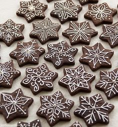 I've dabbled with royal icing before - here is my first attempt on cookies, then I made decorations for cupcakes here - but I've learnt a. Gingerbread Christmas Decor, Cute Christmas Cookies, Christmas Biscuits, Christmas Sweets, Christmas Cooking, Christmas Goodies, Holiday Cookies, Holiday Baking, Christmas Desserts