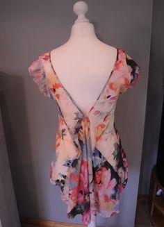 Kaufe meinen Artikel bei #Kleiderkreisel http://www.kleiderkreisel.de/damenmode/t-shirts/136713997-buntes-t-shirt-mit-tiefem-v-ruckenausschnitt-und-schwalbenschwanz