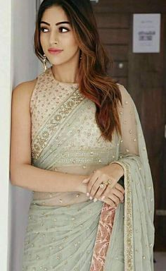 Simplicity of the outfit Simple Sarees, Trendy Sarees, Traditional Sarees, Traditional Outfits, Indian Designer Outfits, Designer Dresses, Indian Dresses, Indian Outfits, Saree Hairstyles