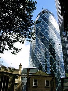 """El edificio situado en el 30 St Mary Axe de la city, el corazón financiero de Londres, es un rascacielos de 40 plantas. Anteriormente era conocido como Edificio Swiss Re, en referencia a su anterior propietario, la compañía reaseguradora suiza Schweizer Rück; también es conocido popularmente como """"el pepinillo"""". Tiene 180 metros de altura, lo que le sitúa como el segundo edificio más alto de la city de Londres, después de la Torre 42, y el sexto más alto del área metropolitana de Londres."""