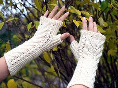 Vihdoinkin rauhallinen päivä kotona. Eilinen hautajaispäivä oli raskas. Matkaan lähdettiin aamulla anivarhain ja takaisin oltiin juuri enn... Crochet Gloves Pattern, Fingerless Mittens, Arm Warmers, Outfits, Tejidos, Crochet Mittens Pattern, Fingerless Mitts, Fingerless Gloves