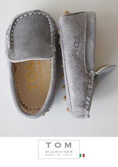 TOM by Le Petit Tom ® BABY MOCCASIN GREY Suede + leather lining. Exclusieve Italiaanse licht grijze babyschoentjes voor jongetjes van zacht suede leer en leer gevoerd. Rubberen nopjes onder de zool. Handmade in Italy Moccasins are stylish and decadent, always in fashion but most important; Tom's mocs are amazingly comfortable!