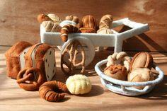〜自分で作るフェルト製おもちゃ〜 パンやさんごっこ(フェルトままごとブック)フェルト製、パンのレシピと型紙です。 写真の全ての小物を、解説しています。 小麦粉が焼きあがって出来る茶系のパンの集まりは、…