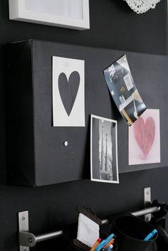 Eine Pinnwand aus einer alten Leinwand mit schwarzer Farbe - Upcycling