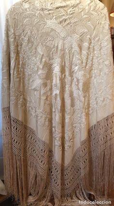 Antiguo Manton de Manila de novia de 1910. Silk Shawl, Pashmina Shawl, Trust Fund, Silk Scarves, My Style, Stylish, Bedtime, Sweet Dreams, Embroidery