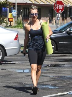 Kaley Cuoco in leggings and tank top leaves yoga class in sherman oaks Kaley Couco, Sherman Oaks, Hollywood Celebrities, Yoga Pants, Sporty, Leggings, Tank Tops, How To Wear, Leaves