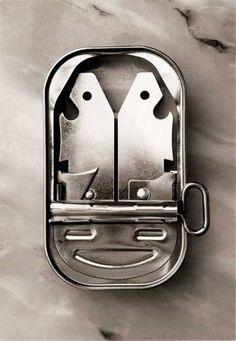 Fotografías convertidas en poesía. Desde hace tiempo Chema Madoz pinta ideas de plata. Con su trabajo abre espacios insospechados, formas de gran fuerza; y todo ello nos alcanza, por que nos recuerda siempre a algo y nos empuja a reflexiones sin límites como la imagen que se muestra.