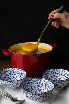 Gebratene Thai Karotte und Süsskartoffelsuppe - wenn Sie viel Geschmack lieben, wollen aber ein wenig auf Kalorien zu reduzieren, ist diese köstliche Thai-inspirierte Suppe ist perfekt für Sie!