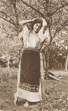 Romanian woman      ESTE MAI SEXI DECAT O SUTA DE BOMBE SEXY (GEN BIANCA  DRAGUSANU ).        NATURALA SI DELICATA CA O ZANA A FLORILOR ! Romania People, European Tribes, Romanian Women, Vintage Photos Women, Thinking Day, Folk Costume, Timeless Beauty, Vintage Photography, Traditional Outfits