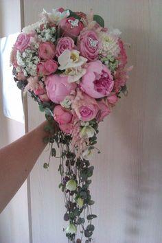 Kamille Blomster: Brudebukett, rund lang dråpe:)Brudebukett med langt heng med roser, georginer,peoner,phalanopsis,astilbe og slør. Ceropegia heng med phalanopsis hoder festet på.