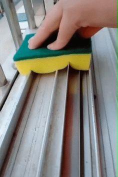 diy home cleaning Diy Home Cleaning, Cleaning Hacks, Window Cleaning Tips, Washing Windows, Making Life Easier, Satisfying Video, Hacks Videos, Window Cleaner, Housekeeping