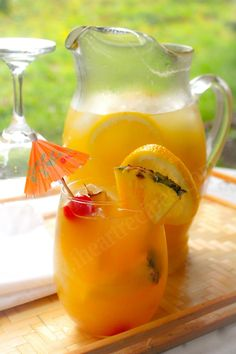 Fresh homemade mango pineapple lemonade made with real fruit, and no artificial flavoring. A few days ago, I posted a recipe for sweet watermelon iced tea. So many of you loved the recipe, and many… I Heart Recipes, Tea Recipes, Fruit Juice Recipes, Drink Recipes, Fruit Drinks, Healthy Drinks, Beverages, Healthy Food, Healthy Lemonade