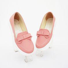 Sepatu ribbon cantik. Cocok buat hangout dan acara informal. Warna pink. Heels 3 cm. Bahan kulit sintetis
