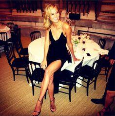 Karlie Kloss en Armani http://www.vogue.fr/mode/mannequins/diaporama/la-semaine-des-tops-sur-instagram-35/19589/image/1036569#!karlie-kloss-en-armani