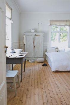 Lo que me gusta de esta habitación es la sensación de pureza y relax. me gusta en general el contraste de la madera con el blanco.