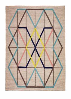 Tapis PS 2014 – Ikea - Entièrement beige, rehaussé par des lignes géométriques colorées, ce tapis Ikea associe une tonalité neutre à des couleurs vives pour mêler le style moderne et le style naturel en s'adaptant à tous les intérieurs pour casser la sobriété d'une pièce.   195 x 133 cm   89 Euros