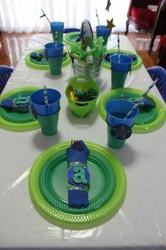 boy's Buzz Lightyear birthday party table decor ideas www.spaceshipsandlaserbeams.com