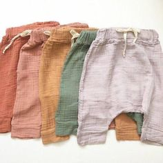 babykleidung Jones Haremshosen Budget Decorating Ideas Include Fun And Style Budget decorating ideas Baby Harem Pants, Baby Girl Pants, Girls Pants, Baby Boy Fashion, Fashion Kids, Style Baby, Chic Baby, Baby Online, Baby Sewing
