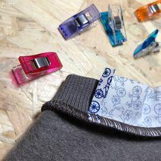 """Pas à Pas : Bande de Propreté sur Encolure en Jersey... (Patron : """"Sweater Chess"""" de La Maison Victor janv-fév 2015) par m Gg++ Diy Couture, Couture Sewing, Techniques Couture, Sewing Techniques, Sewing Hacks, Sewing Projects, Sewing Patterns, Sew Pattern, Tutorials"""