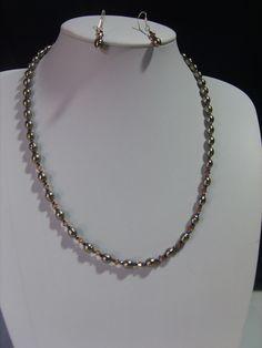 Elegante y exquisito collar de 60 cm. de largo elaborado con perlas de cristal, cristales austriacos y ganchos de plata.