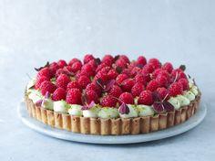 Pistacietærte med konditorcreme og hindbær - Pilens Køkken Fresh Fruit Tart, Love Cake, Afternoon Tea, Cravings, Sweet Tooth, Cheesecake, Deserts, Food And Drink, Yummy Food