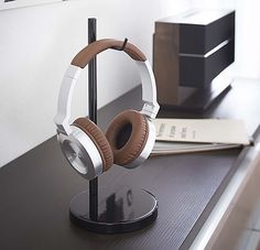 DIY Headphone Stand - Build a cool headphone hanger to get your over-the-ear headphones off your desk and keep them safe when you're not using them. Well we have some DIY Headphone Stand Ideas for you. Diy Headphone Stand, Headphone Storage, Headphone Holder, Marsala, Diy Headphones, Audio Rack, Stereo Cabinet, Desktop Organization, Office Organization