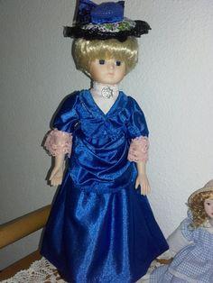 Muñeca de porcelana; vestida   Al estilo de el año 1.780
