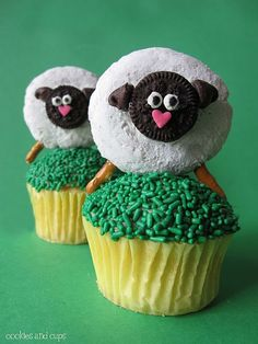 Easter Lamb Cupcakes {Easter Dessert} These cute cupcakes are the perfect treat for the kids on Easter Sunday. To make it easier, you could leave the cupcakes… Lamb Cupcakes, Sheep Cupcakes, Easter Cupcakes, Yummy Cupcakes, Vanilla Cupcakes, Sheep Cake, Donut Cupcakes, Gourmet Cupcakes, Mini Donuts