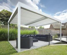pergola biocliamtique style sobre en blanc qui abrite des meubles noirs, destinés à assurer un maximum de confort