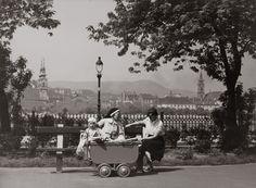 szk012.jpgFotó: Szöllősy Kálmán: Pihenők a pesti Duna-parton, 1930-as évek, 17,9×23,9 cm © Magyar Nemzeti Múzeum Történeti Fényképtár