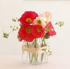 個性のないびんもひとまとめにすれば、存在感のある花器になります。/身近な器でやさしい花レッスン(「はんど&はあと」2013年3月号)