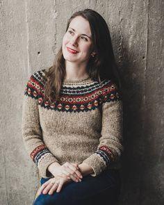 Můj nejoblíbenější podzimní kousek. Pletený svetr od maminky ❤ Její první, ale hned nádherný, jsou v něm desítky hodin práce a taky láska, co fakt hřeje a vydrží dlouhá léta.  Pod něj bamboo tričko a je mi blaze. Co na podzim nejraději nosite vy?  #slowfashion #handmadewithlove  Foto @_fotim