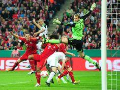 Fußball-Ballett: Im Pokal-Halbfinale kämpfen die Münchner Daniel van Buyten (l) und Manuel Neuer (r) mit Naldo (M) vom VfL Wolfsburg um den Ball. (Foto: Marc Müller/dpa)