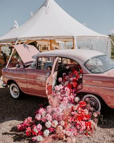 When all your wildest pink dreams collide into a flamingo dream 💕 This epic collaboration between two of my favourites Looks Cool, Pretty Cool, Pretty In Pink, Fresh Flowers, Beautiful Flowers, Luxe Wedding, Wedding Cars, Wedding Ceremony, Flower Aesthetic