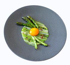 Oeuf cuit-cru à la sauce sauce soja et aux asperges vertes