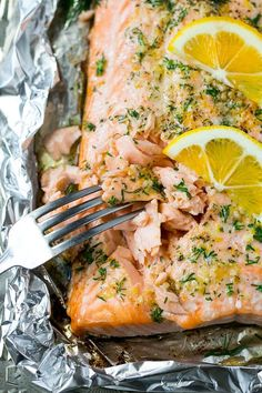 Salmon in Foil with Lemon and Dill - This recipe for salmon in foil is the easiest and most delicious way to eat fish! Salmon is flavored with lemon garlic butter, baked in foil, then topped with fresh dill. The perfect meal for any occasion! Dill Recipes, Grilled Salmon Recipes, Baked Salmon Recipes, Seafood Recipes, Healthy Recipes, Seafood Meals, Healthy Meals, Salmon And Shrimp, Kitchens