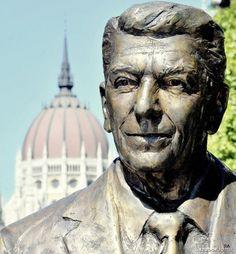 Sculpture of Ronald Reagan - Freedom Square, Budapest, Hungary (Máté István, 2011) | Köztérkép