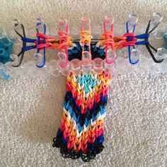 How to Make a Rainbow Loom Bracelet from an Alpha Pattern Comment faire un bracelet Rainbow Loom à partir d'un motif Alpha Rainbow Loom Easy, Rainbow Loom Bracelets Easy, Loom Band Bracelets, Rainbow Loom Tutorials, Rainbow Loom Patterns, Rainbow Loom Creations, Rainbow Loom Bands, Rainbow Loom Charms, Diy Bracelets Easy