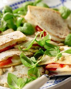 Een Mexicaans gerecht met een Italiaanse vulling, dat werkt wonderwel! Vul deze quesadilla's met tomaat, mozzarella en basilicum, verrassend!