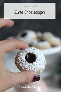 Die Engelsaugen sind bei uns sehr beliebt, weil sie einfach gehen und so zart und fruchtig schmecken. Das Rezept für die mürben Plätzchen gibt es auf Castlemaker.de #engelsaugen #husarenkrapfen #rezept #plätzchen #weihnachtsbäckerei Sweet Bakery, Cupcakes, Doughnut, Foodblogger, Desserts, Biscuits, Grandma's Recipes, Popular, Food Food