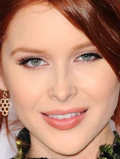 Close-up of Renee Olstead at the 2016 People's Choice Awards. http://beautyeditor.ca/2016/01/08/peoples-choice-awards-2016