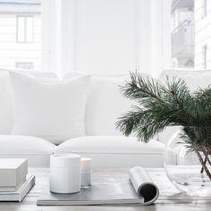 De witte koele kleur die hier is gebruikt wordt meestal gebruikt bij moderne interieurs of badkamers of keukens. Door het wit combineren met natuurlijke materiaal, zoals hout wordt het minder kil. Als je een warm interieur wil, kun je beter voor een warme wit kleur gaan.