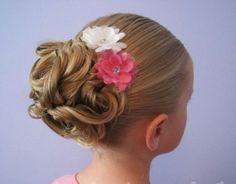jolie coiffure petite fille mariage avec des fleurs décoratives