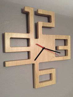diy holz Items similar to Modern Solid Maple Clock on Etsy,