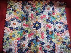 Je reprends ou j'ai laissé mon mini patch ... l'héxagone est devenu un rectangle ( pas facile la géométrie ! )           Un petit pliage et ... l'idée est en marche ...  I resume where I left my mini patch ... the hexagon became a rectangle (not easy geometry!) A small folding and ... the idea is running ...